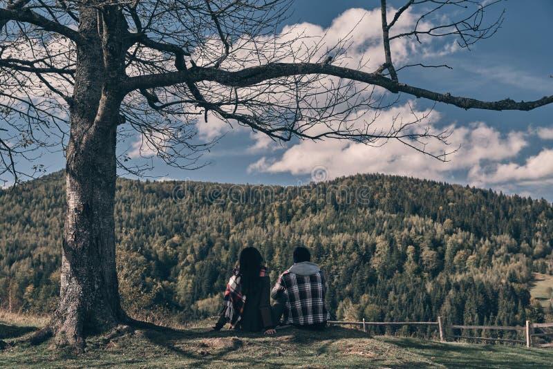 Dia ensolarado nas montanhas fotografia de stock royalty free