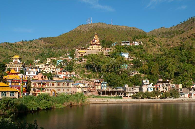 Dia ensolarado no lago sagrado Rewalsar O estado de Himachal Pradesh, Índia norte imagens de stock royalty free