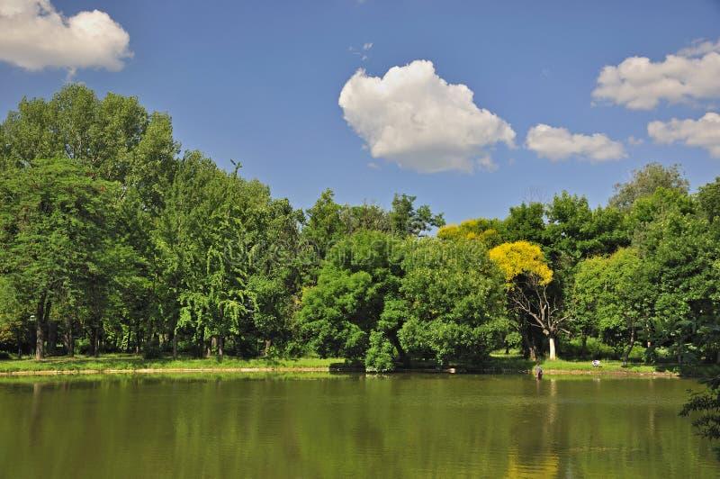Dia ensolarado no parque da cidade em Skopje imagens de stock