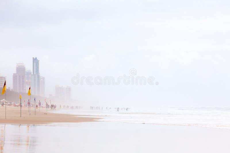 Dia ensolarado obscuro na praia em Paradise do surfista, Austrália imagens de stock