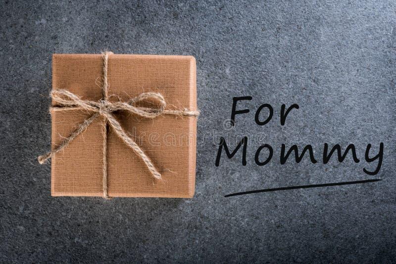 Dia feliz do `s da matriz A criança felicita a mamã e preparou um presente para o ano novo, o Natal, o aniversário ou os outros f imagens de stock royalty free