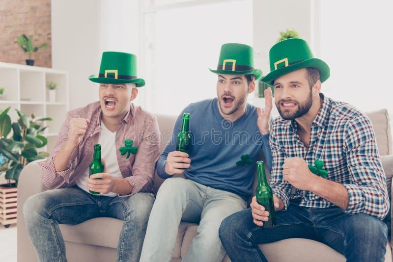 Dia feliz do ` s de St Patrick! Retrato de atrativo, considerável, travesso fotografia de stock royalty free