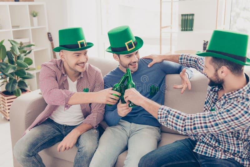 Dia feliz do ` s de St Patrick! Retrato de irmãos bem sucedidos com cerveja fotografia de stock royalty free