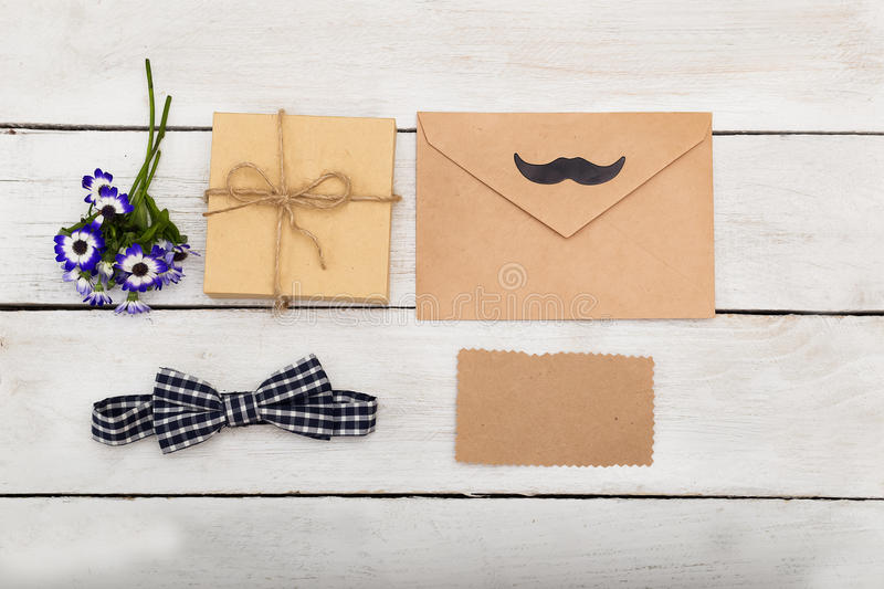 Dia feliz do ` s do pai presente no fundo de madeira branco Cumprimentos fotos de stock royalty free