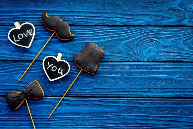 Dia feliz do ` s do pai Cumprimentos e conceito dos presentes Cookies na forma do bigode, do chapéu, do laço e dos corações com foto de stock