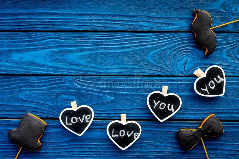 Dia feliz do ` s do pai Cumprimentos e conceito dos presentes Cookies na forma do bigode, do chapéu, do laço e dos corações com fotos de stock