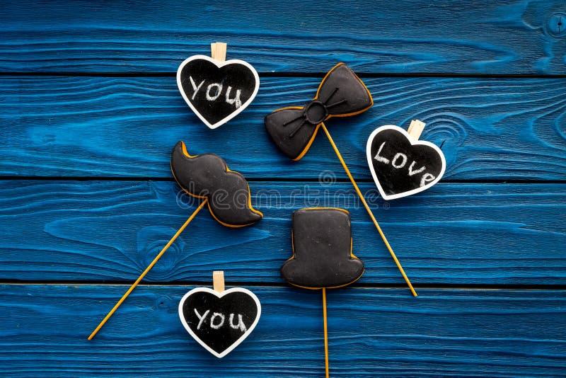 Dia feliz do ` s do pai Cumprimentos e conceito dos presentes Cookies na forma do bigode, do chapéu, do laço e dos corações com imagens de stock royalty free