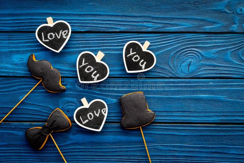 Dia feliz do ` s do pai Cumprimentos e conceito dos presentes Cookies na forma do bigode, do chapéu, do laço e dos corações com foto de stock royalty free