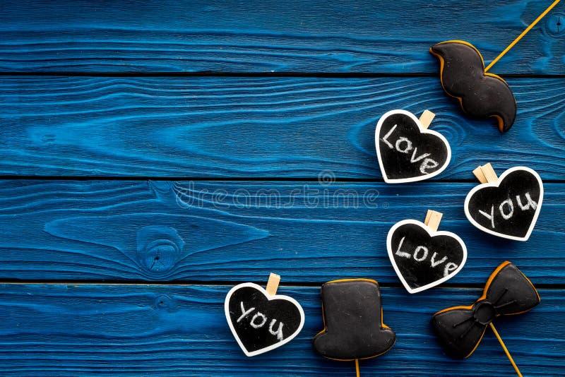 Dia feliz do ` s do pai Cumprimentos e conceito dos presentes Cookies na forma do bigode, do chapéu, do laço e dos corações com imagens de stock