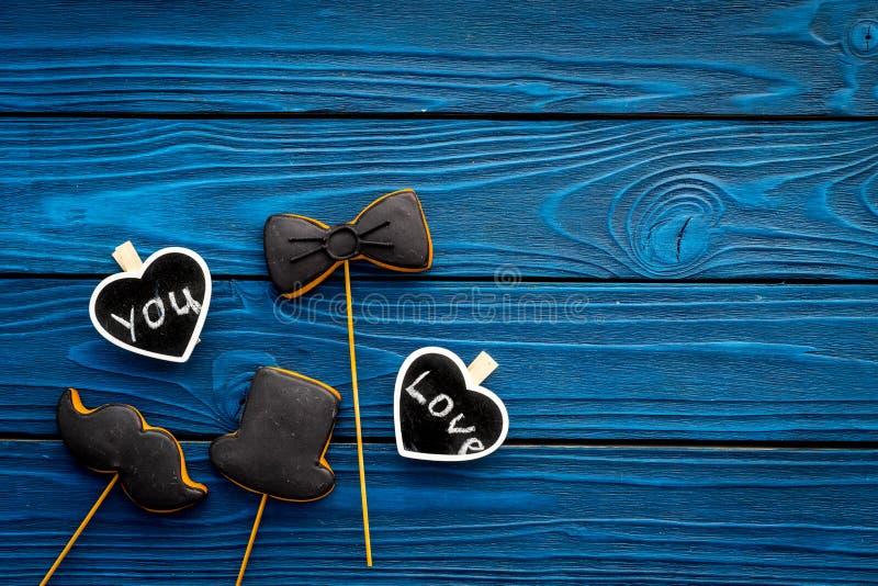 Dia feliz do ` s do pai Cumprimentos e conceito dos presentes Cookies na forma do bigode, do chapéu, do laço e dos corações com fotografia de stock