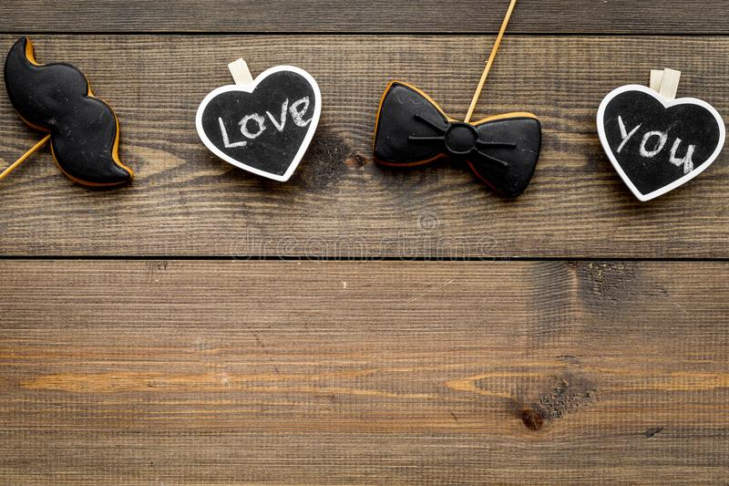 Dia feliz do ` s do pai Cumprimentos e conceito dos presentes Cookies na forma do bigode, do laço e dos corações com rotulação fotos de stock royalty free