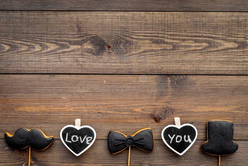 Dia feliz do ` s do pai Cumprimentos e conceito dos presentes Cookies na forma do bigode, do laço e dos corações com rotulação imagem de stock royalty free