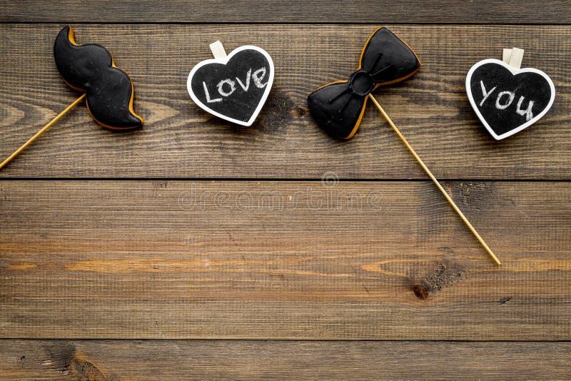 Dia feliz do ` s do pai Cumprimentos e conceito dos presentes Cookies na forma do bigode, do laço e dos corações com rotulação imagem de stock
