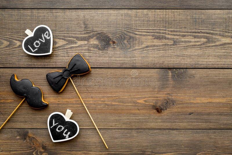 Dia feliz do ` s do pai Cumprimentos e conceito dos presentes Cookies na forma do bigode, do laço e dos corações com rotulação fotos de stock