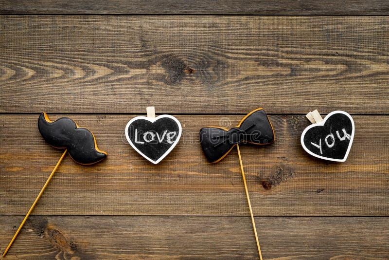 Dia feliz do ` s do pai Cumprimentos e conceito dos presentes Cookies na forma do bigode, do laço e dos corações com rotulação fotografia de stock