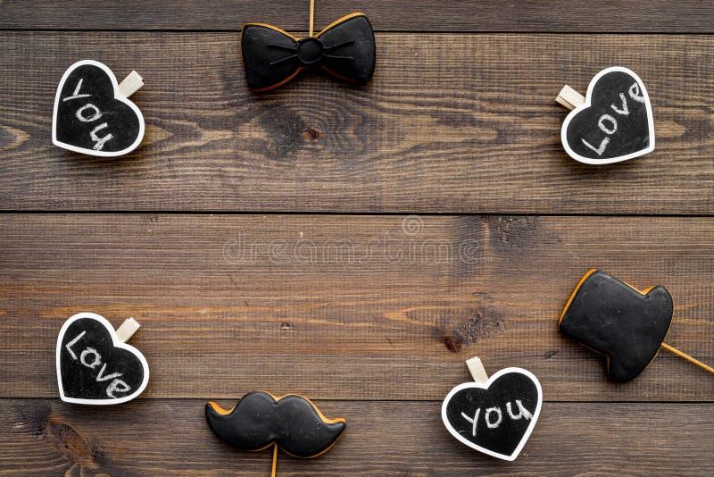 Dia feliz do ` s do pai Cumprimentos e conceito dos presentes Cookies na forma do bigode, do laço e dos corações com rotulação fotografia de stock royalty free