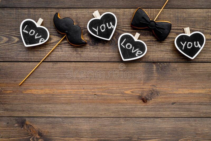 Dia feliz do ` s do pai Cumprimentos e conceito dos presentes Cookies na forma do bigode, do laço e dos corações com rotulação foto de stock royalty free
