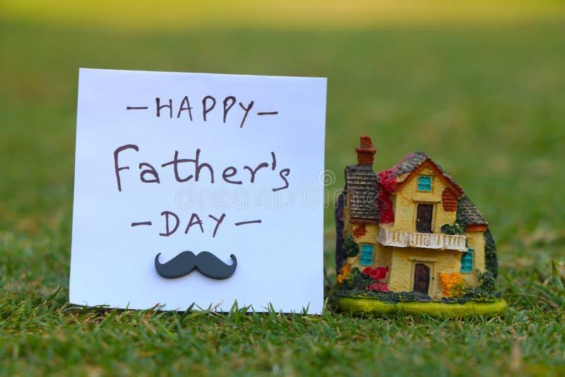 Dia feliz do ` s do pai Texto no papel e casa decorativa em um fundo aberto natural foto de stock