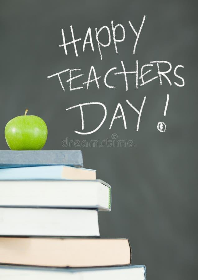 Dia feliz dos professores no quadro-negro da educação com livros e maçã imagens de stock
