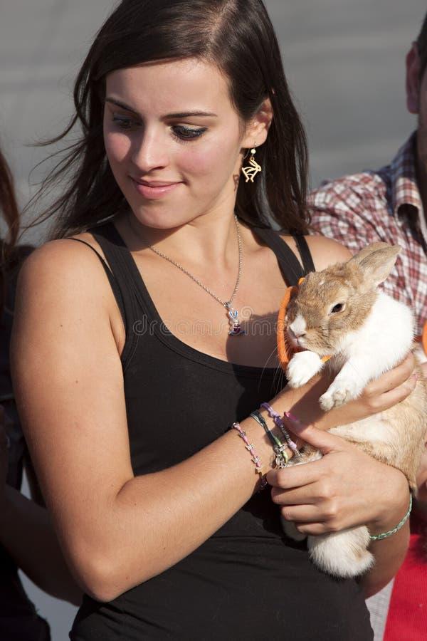 Dia internacional do coelho & amigos 2014 - menina e coelho foto de stock