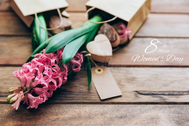 Dia internacional feliz das mulheres, jacinto sobre de madeira fotos de stock