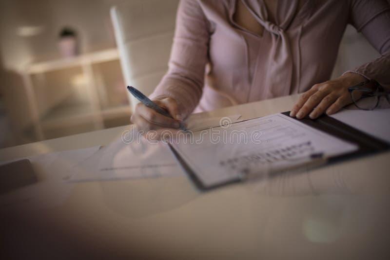 Dia la vostra firma come sicurezza per ulteriore cooperazione fotografia stock libera da diritti