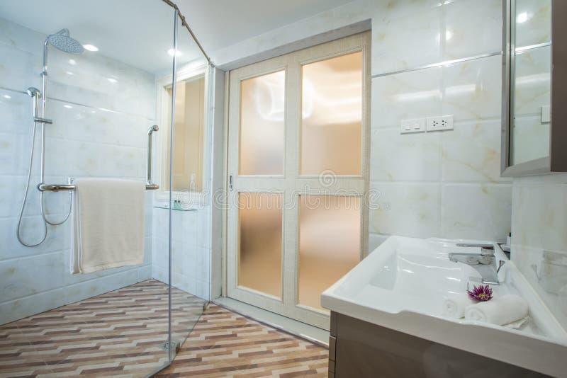 Dia limpo branco do bathrom do hotel fotos de stock