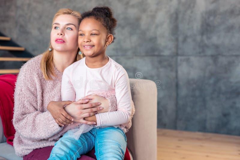 Dia livre de olhos azuis da despesa da mãe com sua filha bonito bonita foto de stock royalty free