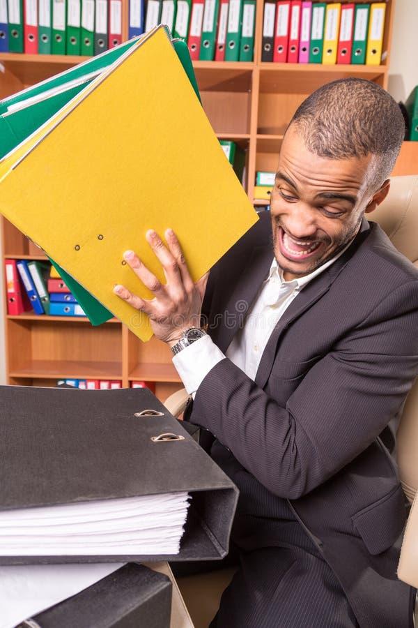 Dia mau do homem africano no escritório imagens de stock
