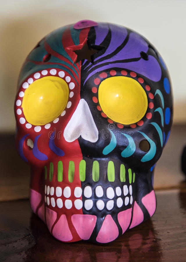 Dia mexicano dos crânios astecas do colorido inoperante fotos de stock royalty free