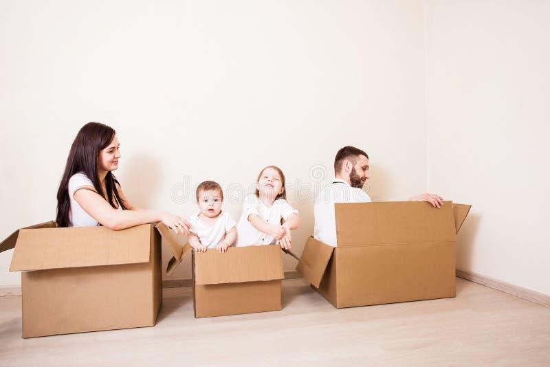 Dia movente da família da casa foto de stock royalty free