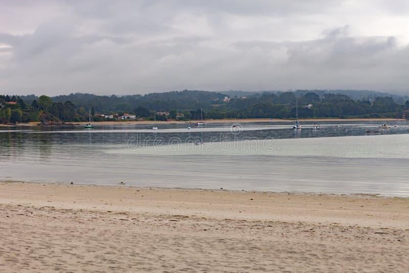 Dia nebuloso bonito em uma praia fotografia de stock royalty free