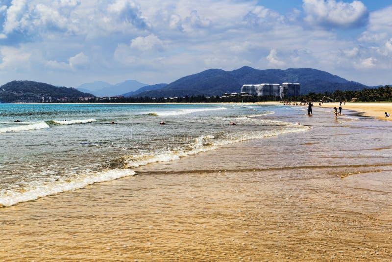 Dia nebuloso bonito na praia tropical da ilha de Hainan fotografia de stock royalty free
