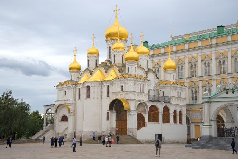 Dia nebuloso de setembro da catedral do aviso A Moscovo Kremlin fotos de stock