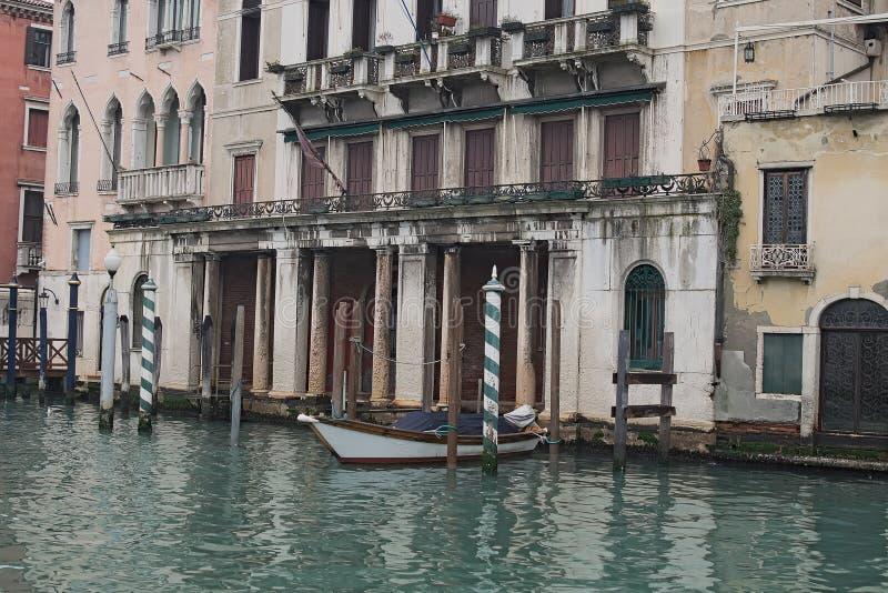Dia nebuloso em Veneza Barco branco amarrado perto da casa há um lugar de estacionamento livre Veneza Italy fotografia de stock
