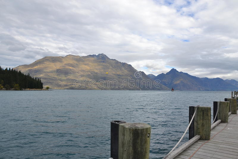 Dia nebuloso no lago Wakatipu foto de stock royalty free