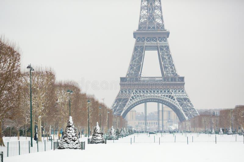Dia nevado em Paris, França imagem de stock