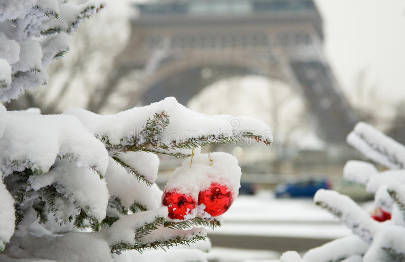 Dia nevado raro em Paris fotos de stock