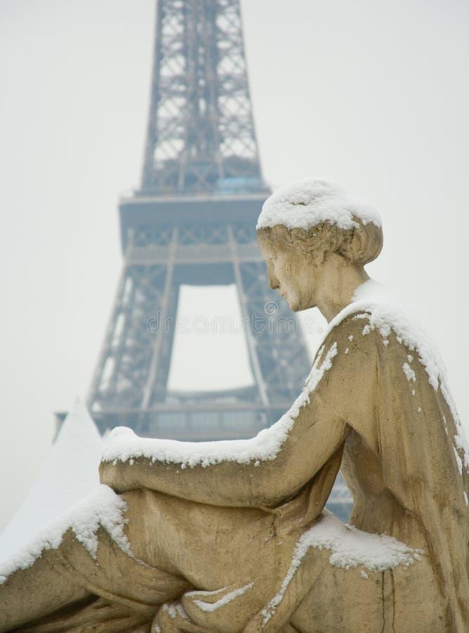 Dia nevado raro em Paris foto de stock