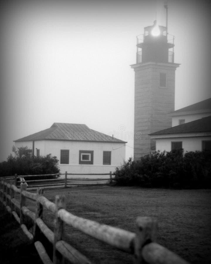 Dia nevoento no farol de Beavertail, Jamestown, RI imagens de stock royalty free