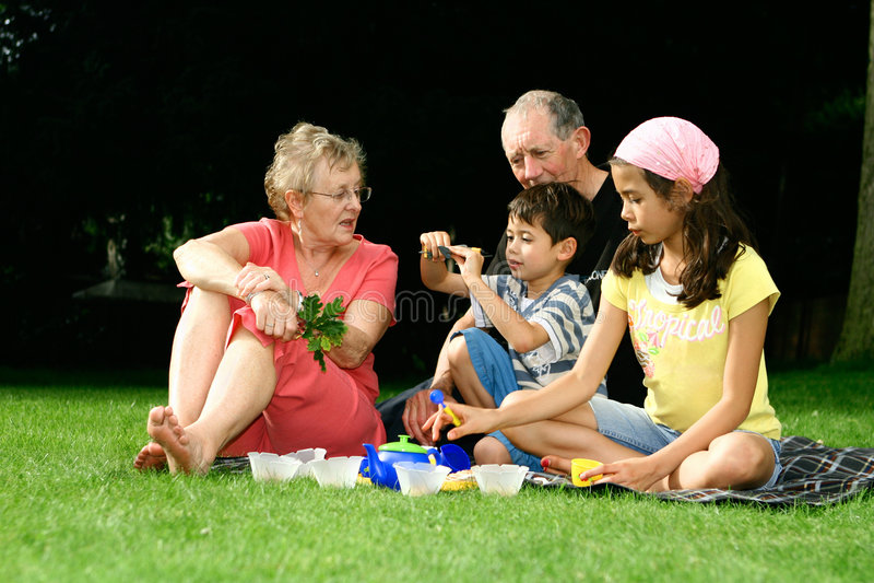 Dia no parque com grandparents fotos de stock royalty free