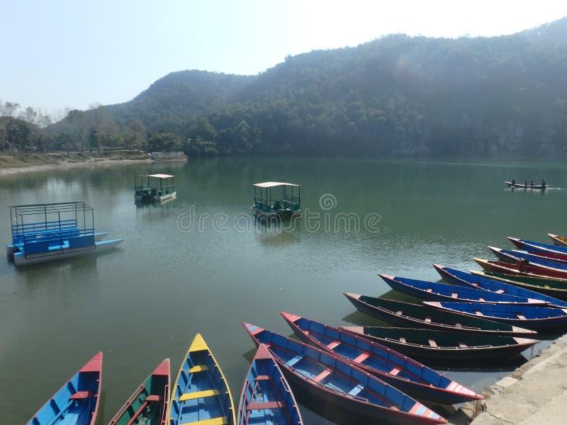 Dia preguiçoso na beira do lago de Pokhara imagens de stock