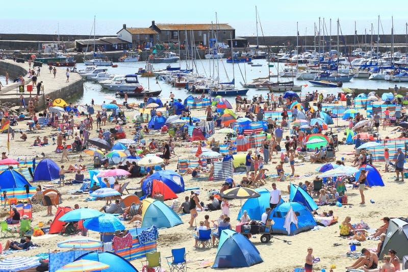 Dia quente e ensolarado em Lyme Regis imagens de stock royalty free