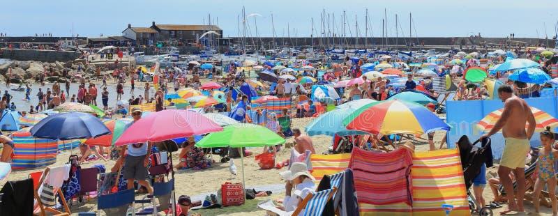Dia quente e ensolarado em Lyme Regis imagens de stock