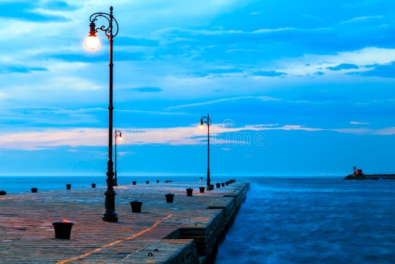 Dia ventoso na cidade de Trieste imagens de stock