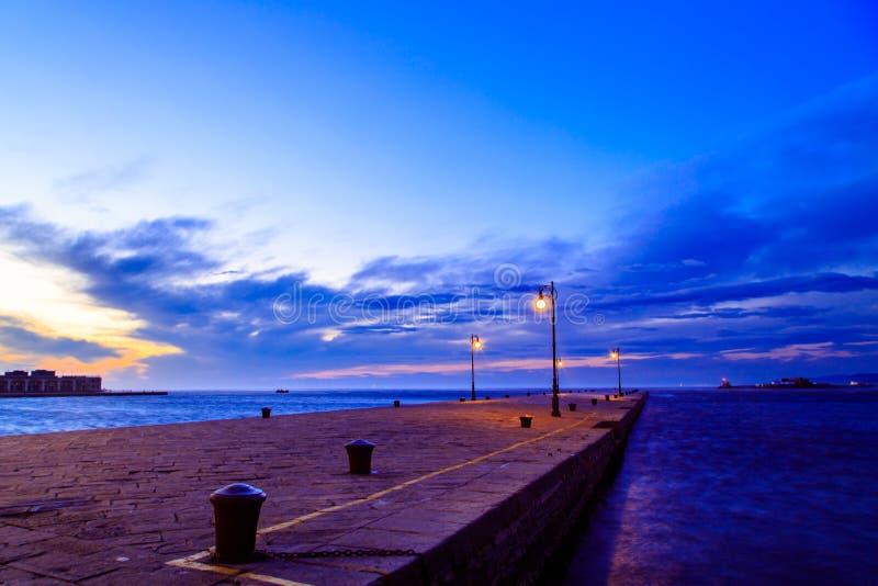 Dia ventoso na cidade de Trieste imagem de stock