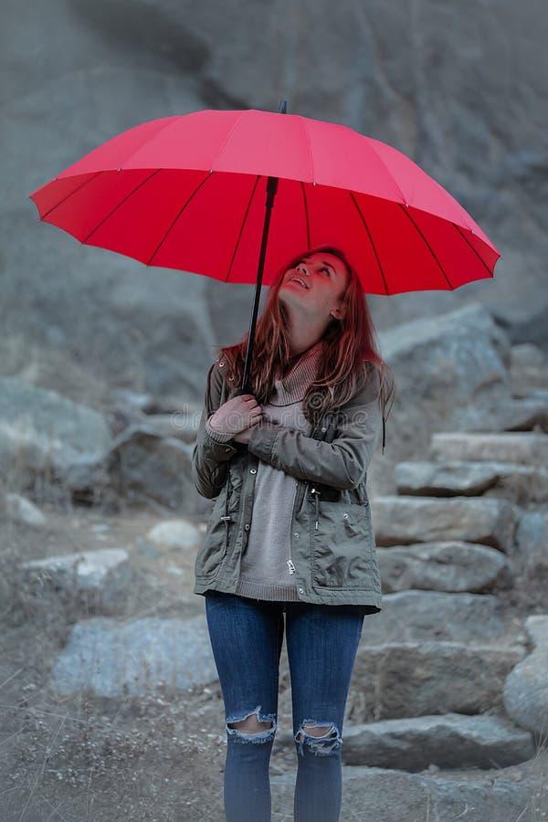 Dia vermelho do guarda-chuva no ar livre fotografia de stock royalty free