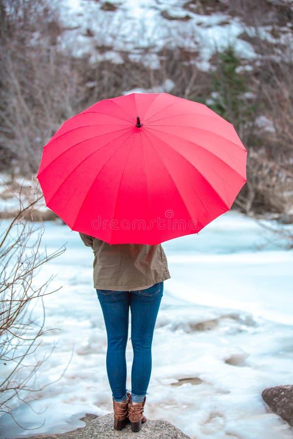 Dia vermelho do guarda-chuva no ar livre imagens de stock royalty free