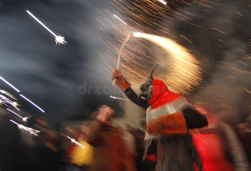 Diabeł biega przy Correfoc sant Sebastian z fajerwerkami zdjęcie stock