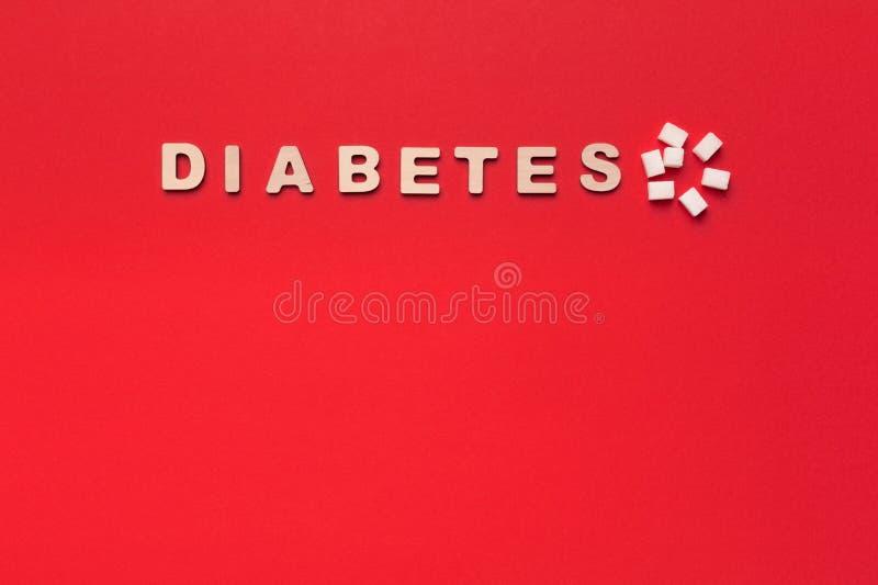 Diabetesaufschrift, Löffel mit Zucker auf rotem Hintergrund stockbild